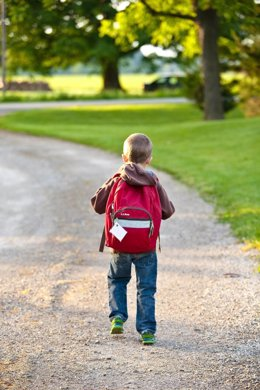 Niño con mochila