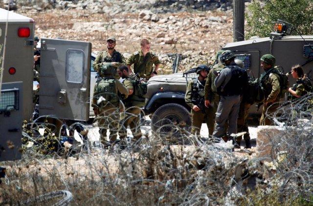 Soldados isralíes en un puesto de control en Cisjordania