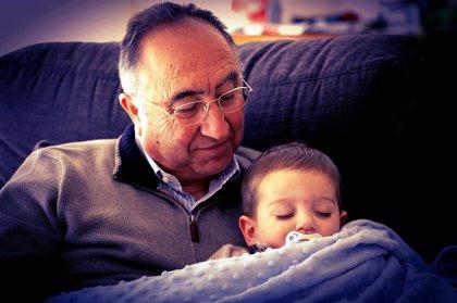 El cuidado ocasional de los nietos puede ser beneficioso para los abuelos