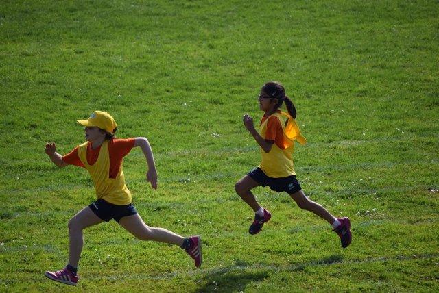 Niño y niña corriendo