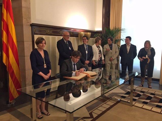 Puigdemont firma el libro de honor del Parlament ante Forcadell