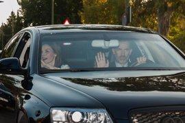 Los Reyes Felipe y Letizia acompañan a sus hijas en el primer día de cole