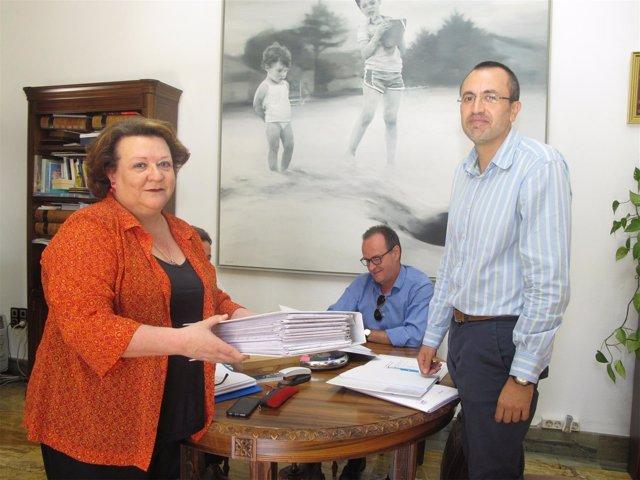 Pilar Parra entrega el informe sobre la recogida de basura a Manuel Bonilla.