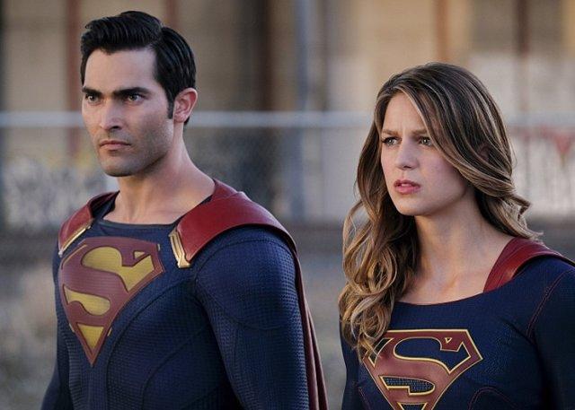 Superman y Supergirl en una escena de la serie Supergirl