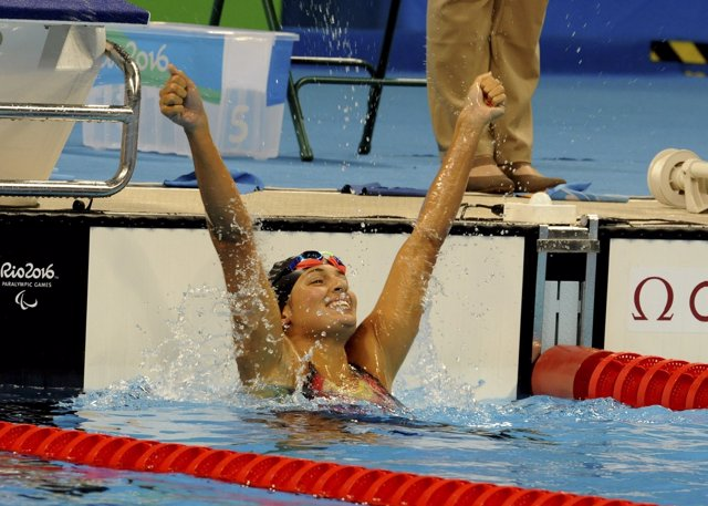 Michelle Alonso, celebra su oro en los 100 braza SB14