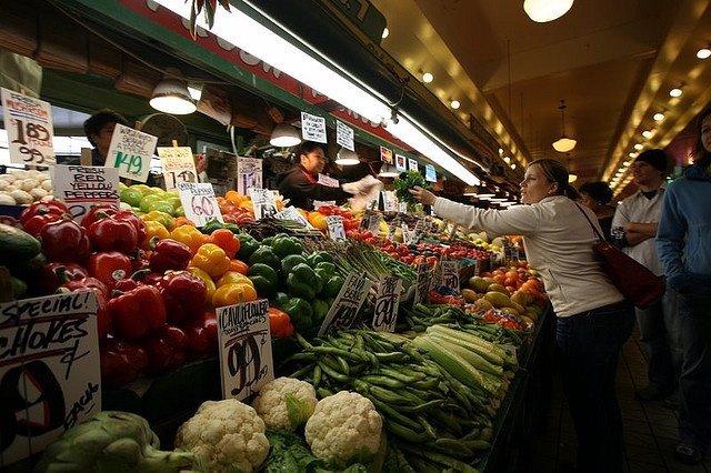 Mujer en el mercado comprando verduras