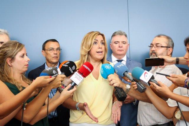 Susana Díaz atiende a los medios en Cumbres Mayores (Huelva)