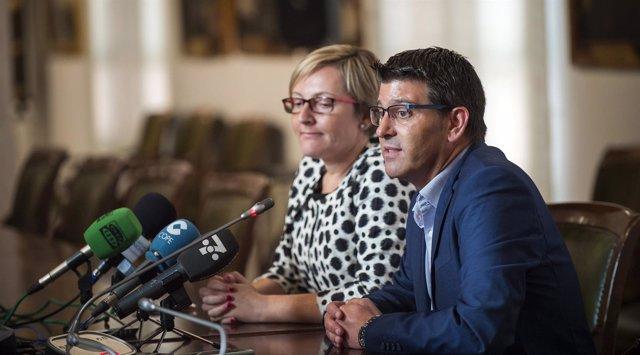 El presidente de la Diputación y la consellera de Vivienda atienden a los medios