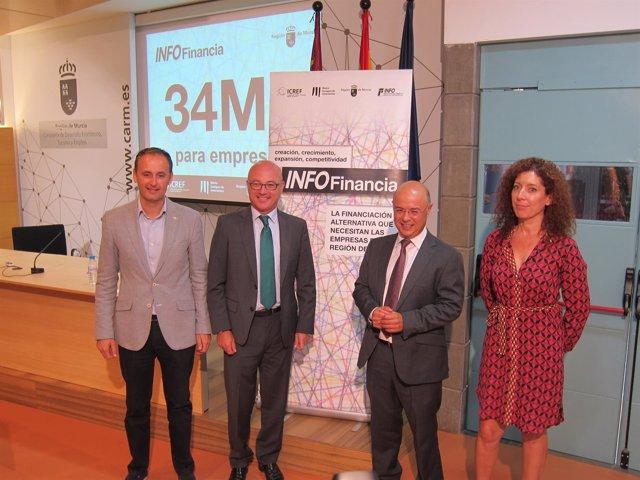 Carrillo y Hernández, en el centro, durante la presentación de las ayudas