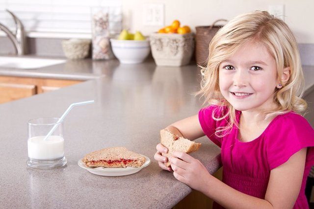 Merienda, sandwich, bocadillo, niña, vaso de leche