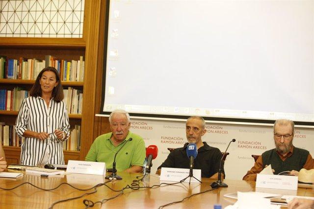 La vicepresidenta de la F. Sociedad y Educación con Carabaña, Enguita y Medina