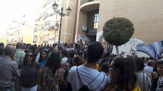 Protesta de familiares y alumnos en el Conservatorio de Música y Danza