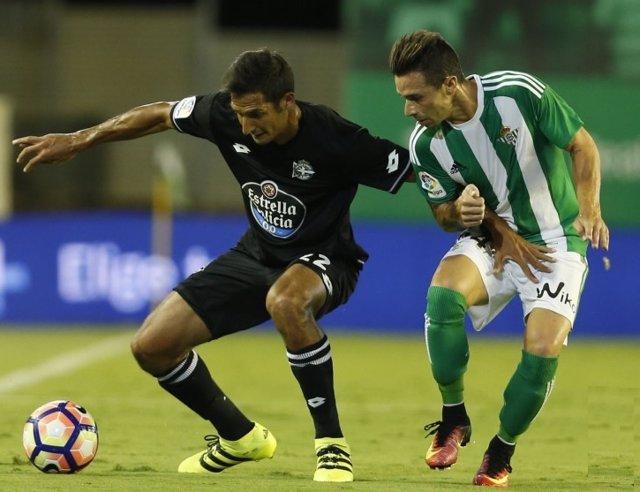 Rubén Castro (Betis) pelea un balón con Celso Borges (Deportivo)