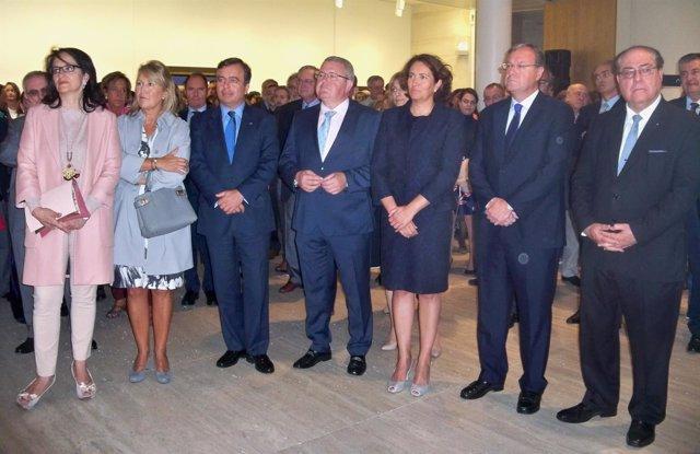 Autoridades arropan la inauguración de la muestra de Abanca en León