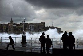 Seis provincias están este sábado en alerta por olas, fuerte viento y lluvias