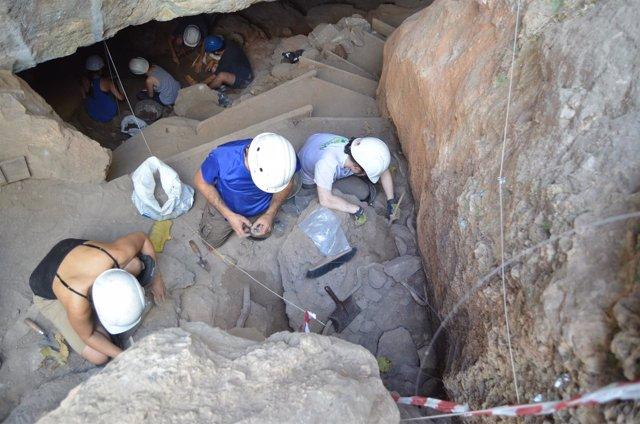 Trabajos en la Covacha de la Cueva del Ángel de Lucena