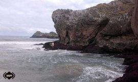 Rescatan con síntomas hipotermia a un anciano atrapado en una roca de la playa de Palombina