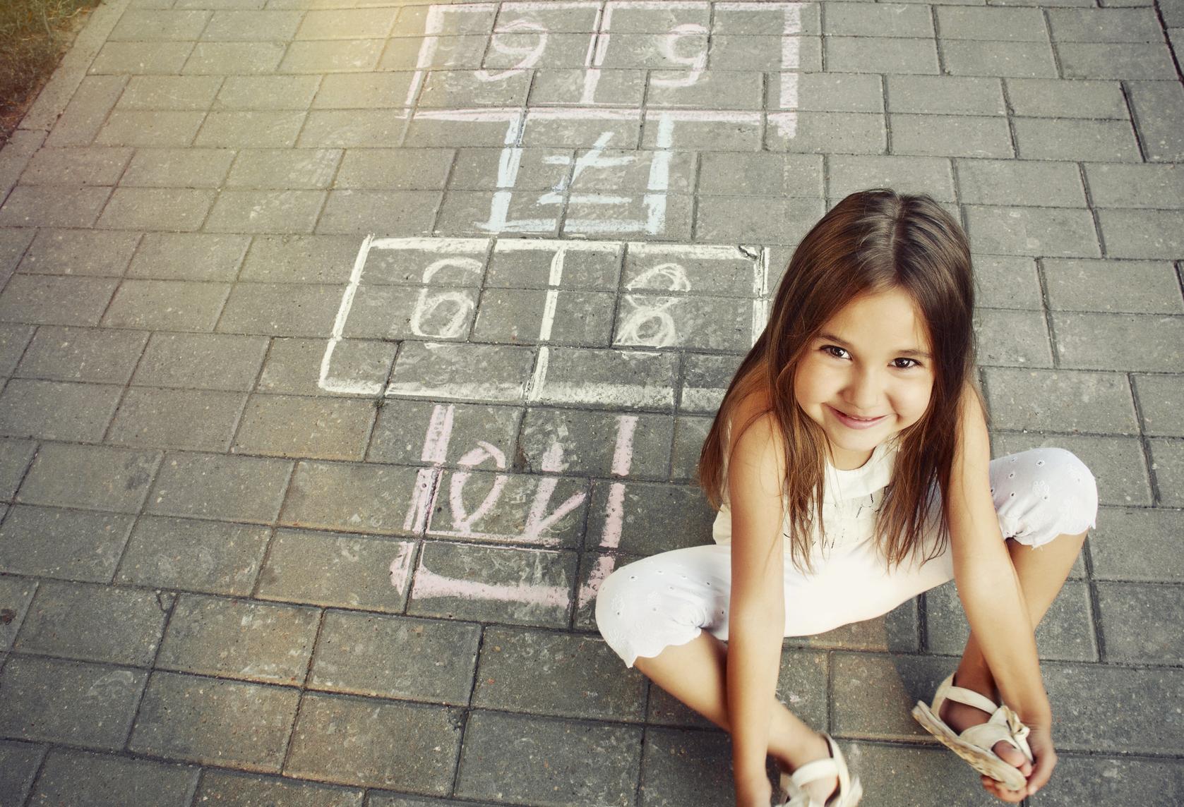 Casi la mitad de los niños pasa menos de una hora jugando al aire libre