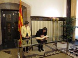 """Ada Colau firma el libro de honor del Parlament ofreciendo """"lealtad institucional"""""""