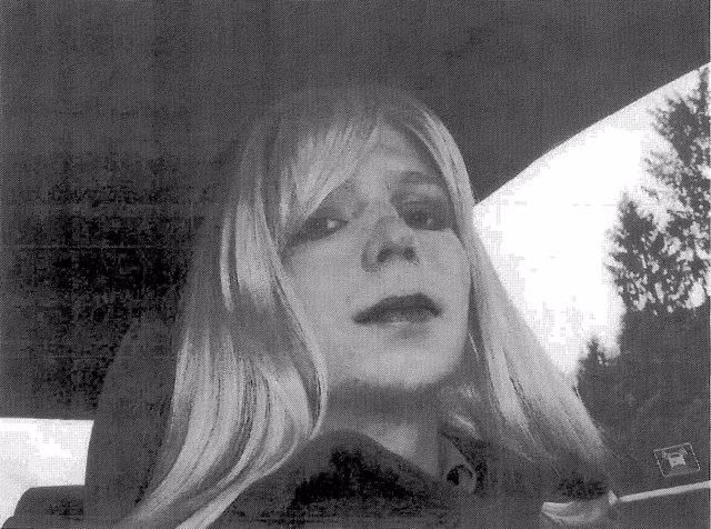 El soldado Bradley Manning con peluca