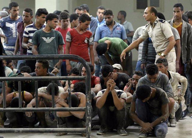 Inmigrantes rescatados tras el naufragio de una patera en Egipto