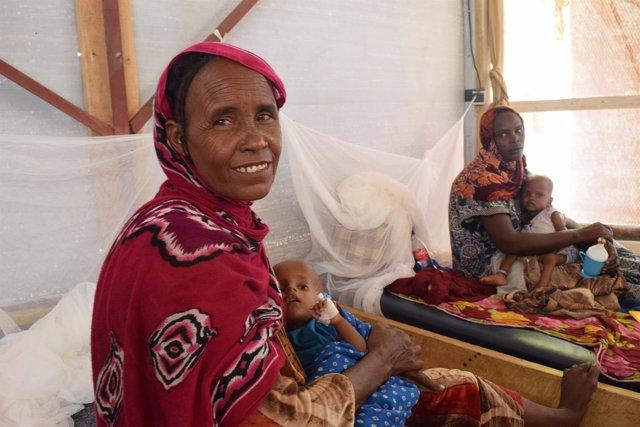 Mujeres con niños desnutridos en clínica de MSF en Chad