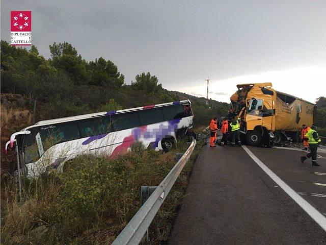 Imagen del accidente ocurrido en la AP-7 entre un camión y un autobús