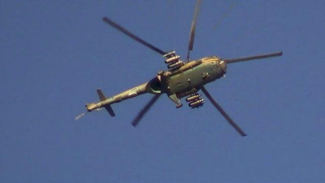 Helicóptero del ejército sirio sobrevuela posiciones rebeldes