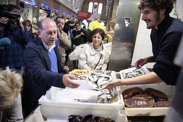 El candidato del PSdeG, Xoaquín Fernández Leiceaga, hace la compra