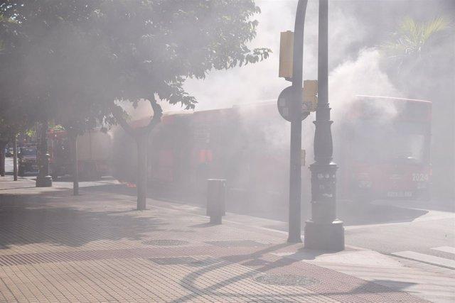 El autobús ha comenzado a arder por la parte del motor.