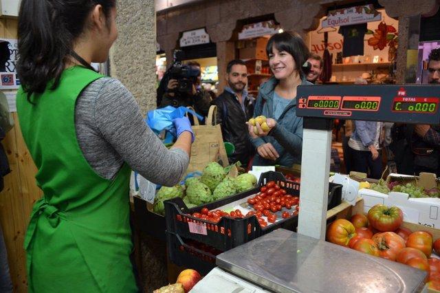 La candidata del BNG, Ana Pontón, hace la compra