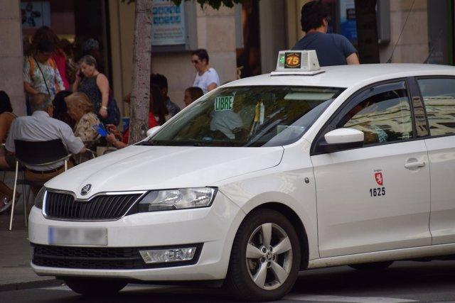 Un taxi circula por el céntrico paseo de la Independencia, en Zaragoza.