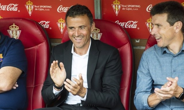 Luis Enrique en El molinón con su segundo técnico, Unzue