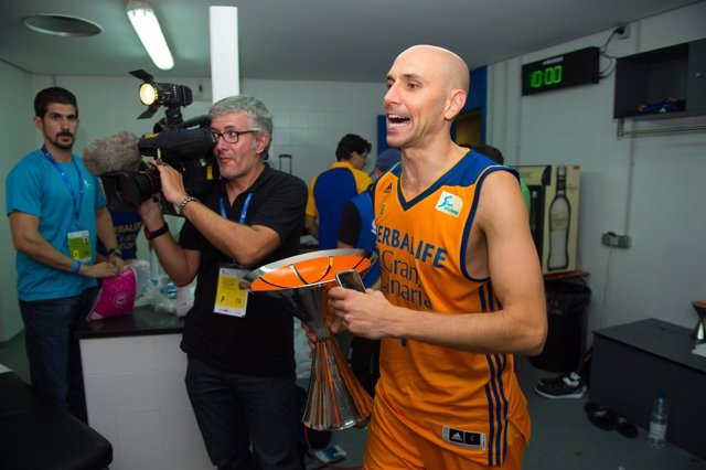 Albert Oliver celebra la Supercopa conquistada con el Gran Canaria