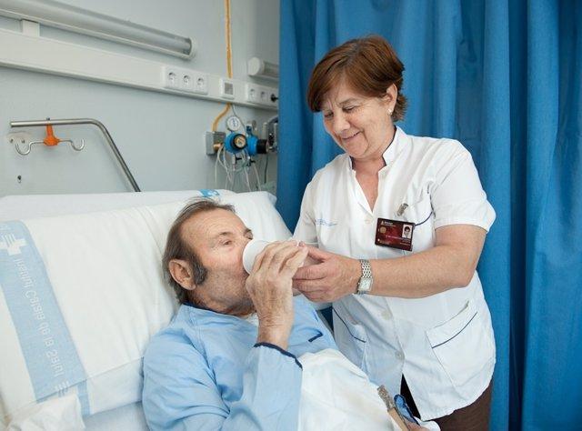 Enfermera tratando a un paciente con deshidratación