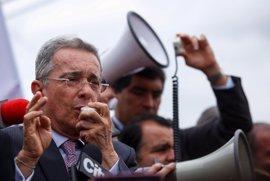 """Uribe acusa a la comunidad internacional de apoyar """"la claudicación ante el terrorismo"""" en Colombia"""