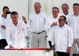 """Santos da """"la bienvenida a la democracia"""" a las FARC tras la firma del acuerdo de paz"""