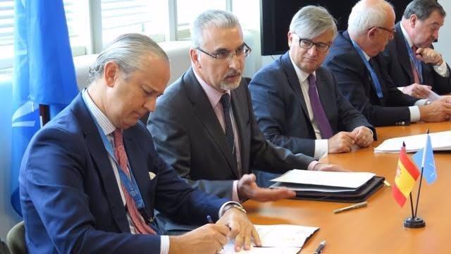 Fernández de Mesa firma un memorando con la OIEA