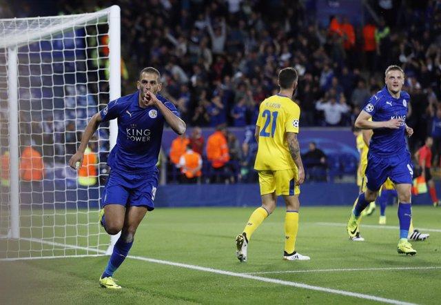 Slimani celebra el gol del Leicester ante el Oporto