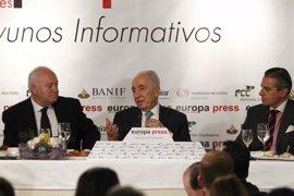 El Rey Felipe y Don Juan Carlos subrayan el impulso de Peres a las conversaciones de paz