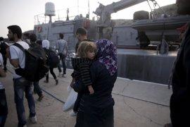 """Bruselas espera que los países de la UE reciban a 30.000 refugiados desde Grecia """"en el próximo año"""""""