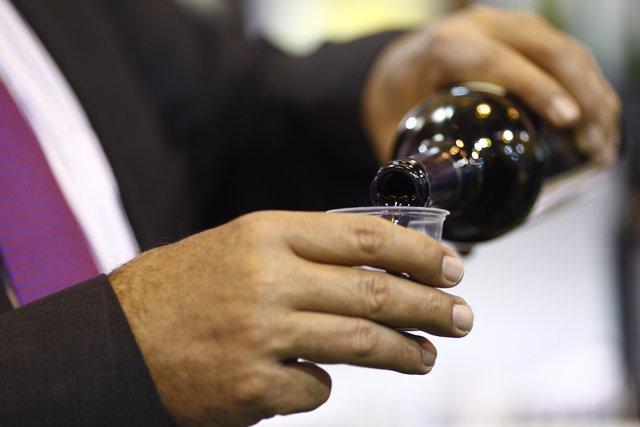 Salón Gourmet de Madrid, botella de vino, echando vino