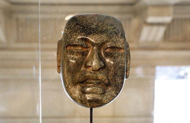 Máscara olmeca de la cultura maya, la más antigua de la colección. Hotel Claris