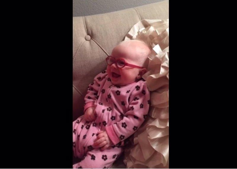 La reacción de este bebé cuando le ponen gafas y ve a su madre por primera vez