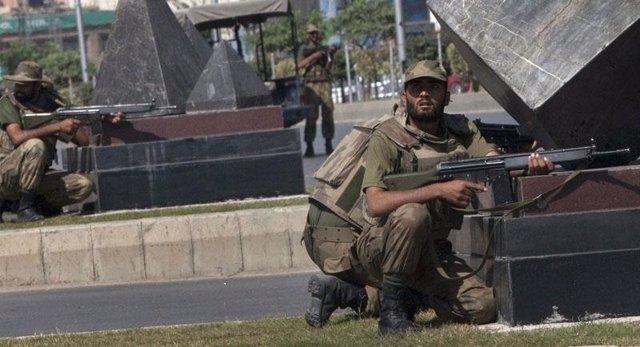 Soldados paquistaníes asaltan un cuartel tomado por talibanes