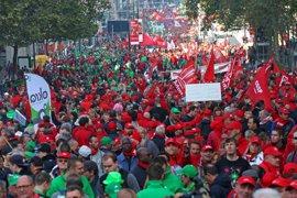 Miles de personas salen a la calle en Bruselas para protestar por los recortes