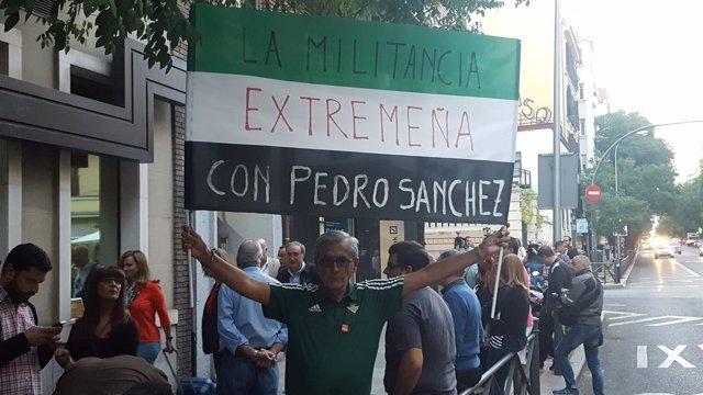 Manifestante a favor de Pedro Sánchez en la sede del PSOE, Ferraz