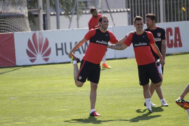 Godín y Griezmann en el entrenamiento del Atlético de Madrid en el media day