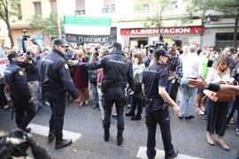 Manifestantes en Ferraz vuelven a increpar a los críticos del PSOE durante el receso del Comité Federal