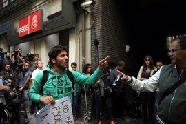 La Policía forma un cordón de seguridad en Ferraz para proteger a los miembros del PSOE del acoso de los manifestantes